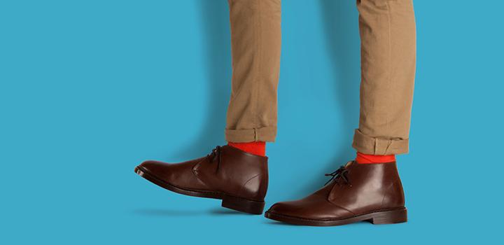 комбинацията е удачна, модни са ярките чорапи в червено, зелено, оранжево